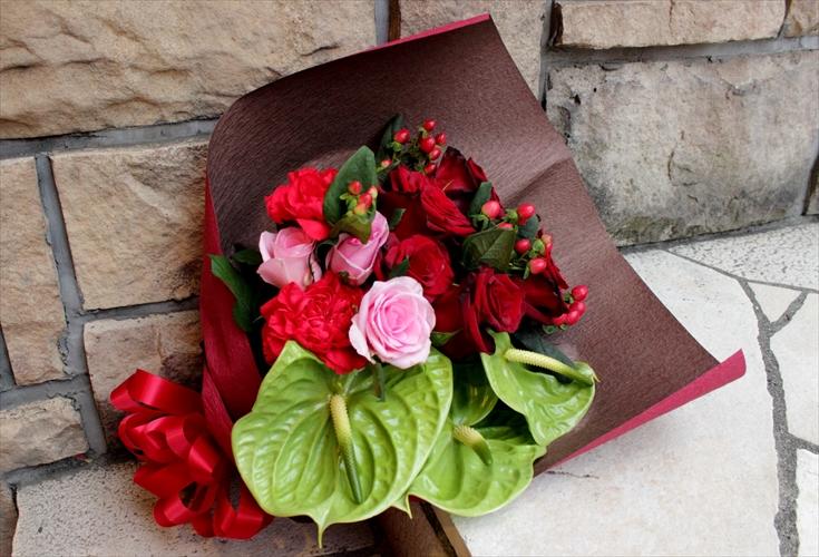 深みのある赤バラ中心の豪華な花束