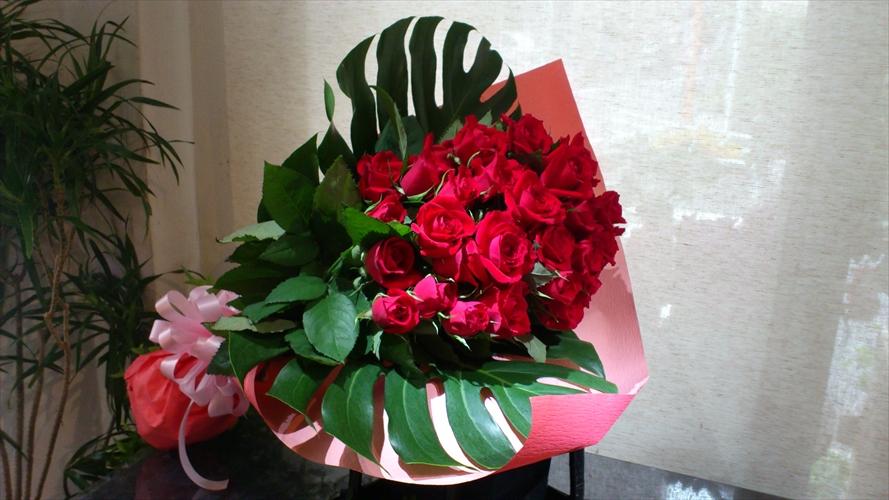 アカバラ×モンステラの深紅なバラの花束
