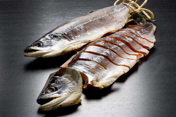 紅鮭 蔵造り塩引鮭 一本姿切身