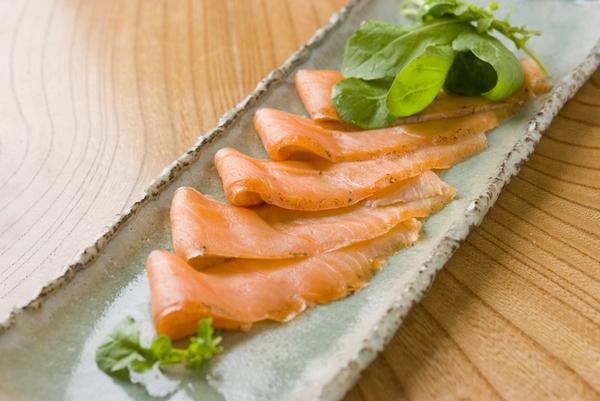 さしみ鮭昆布〆燻製スライス AKK8