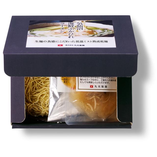 気仙沼海鮮ふかひれラーメンのパッケージと一食分の乾麺と海鮮スープと麺翅(メンツー)