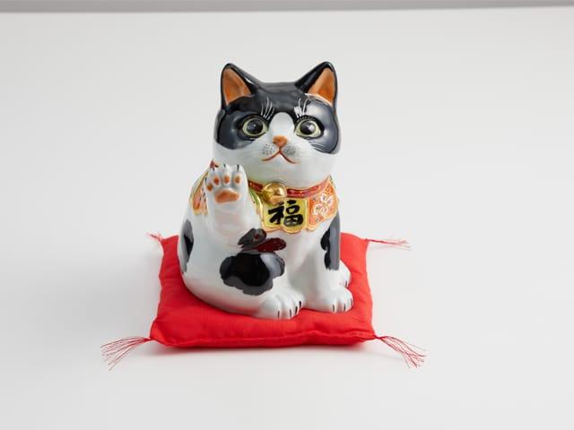 6.5号タッチ招猫 黒ブチ (布団付)