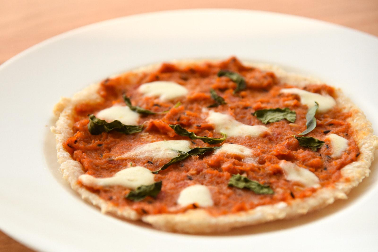 15種スパイスで作る薬膳カレーとモッツァレラチーズピッツァ