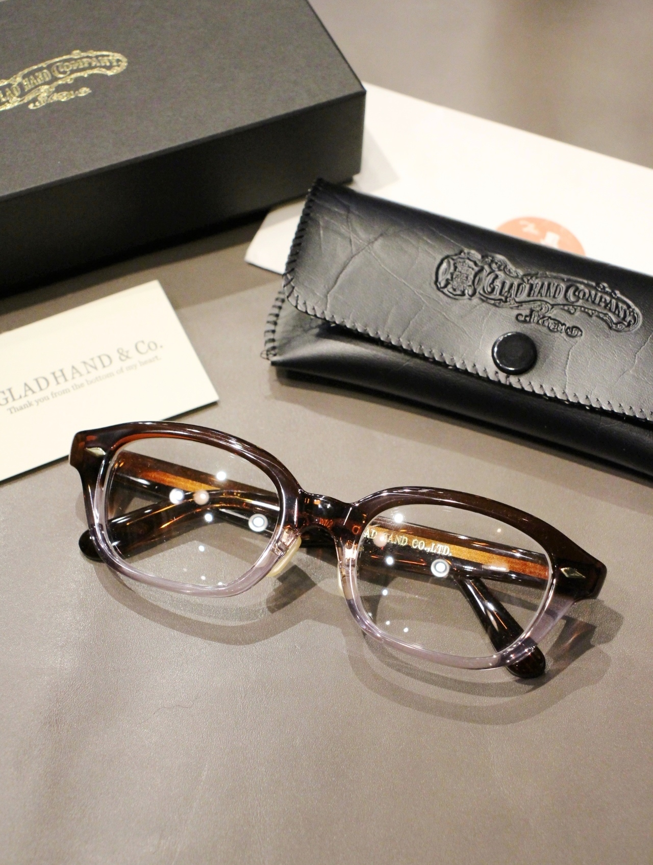 GLADHAND × 丹羽雅彦  「J-IMMY GLASSES ORNAMENT 〈BROWN ×CLEAR / GOLD〉」  グラッシーズ