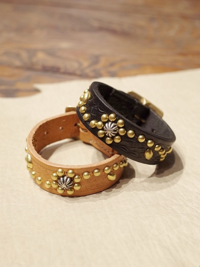 DEXTER  「Flower Pattern  Studs Embossing Leather Bracelet 」  レザーブレスレット
