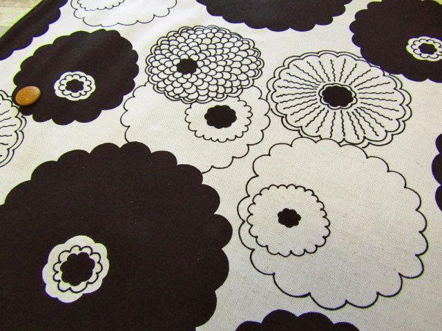 【約54cm幅×約50cmカット*ミニカットクロス】≪う早この布≫ 『 まんまる お花 』 ナチュラル×ブラック【綿麻キャンバス】