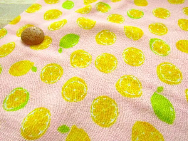 【約54cm幅×約50cmカット*ミニカットクロス】 『レモン&ライム』 ピンク【ふんわり ダブルガーゼプリント】
