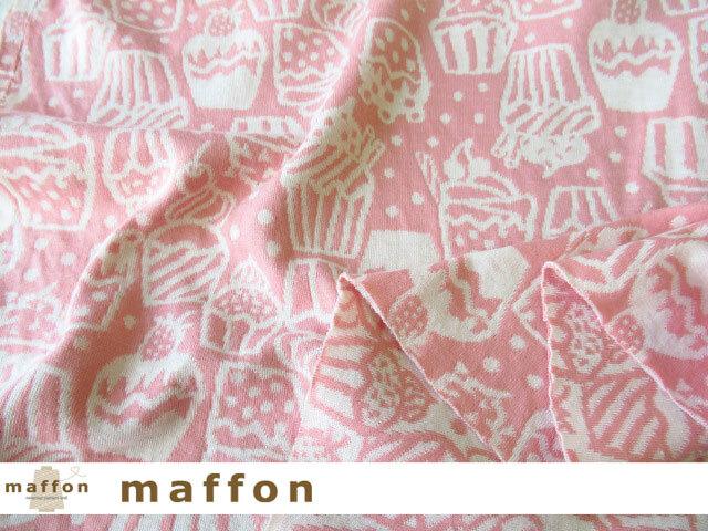 【 maffon (マフォン) 】 約75cm幅 リバーシブルジャガード接結ニット 『 カップケーキ柄 』  コーラルピンク/アイボリー