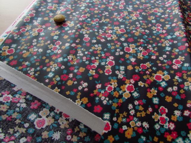 小花プリント つや消しラミネート(ブラック系) 約50cmカット