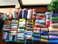 【箱サイズ中】サンキュウパック! 箱いっぱい!工業用ミシン糸・工業用ウーリーロック糸混合セット 1セット限定(中古品)