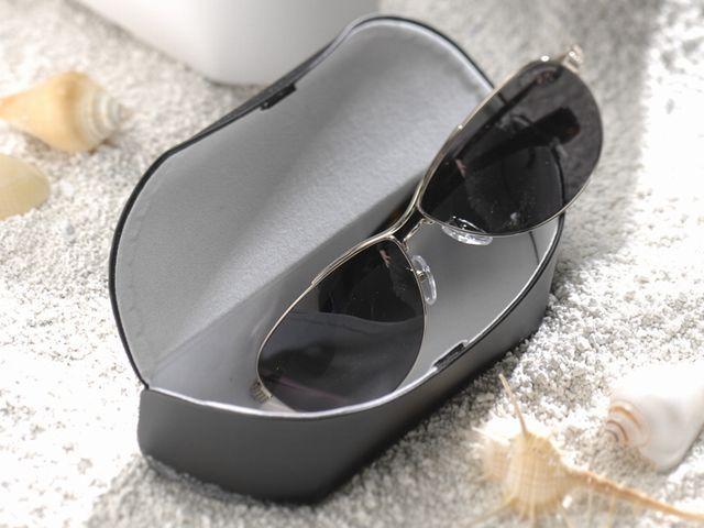 艶のある表面生地が特徴の大型メガネ(眼鏡)ケースです。D-505 クローム