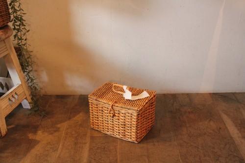 皮付き籐のフタ付きボックスかごバッグ