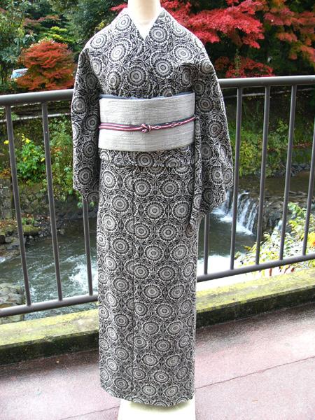 手仕事で表現された絶妙な風合い「手捺染木綿着物」花輪文様