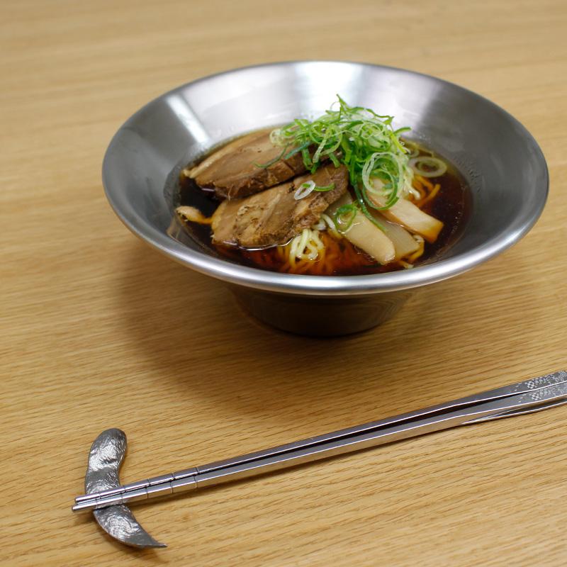 温かい料理は温かいまま、冷たい料理は冷たいまま。保温・保冷機能がうれしいステンレス二層構造の『メタル丼 フラワー』