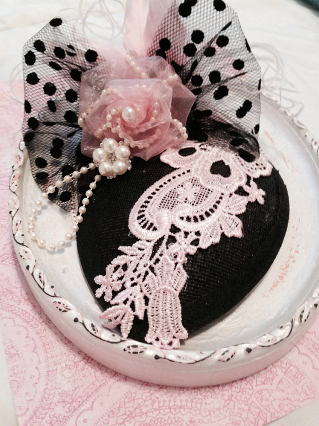 上品なモノトーン☆ピンクの巻き薔薇がポイントのティアドロップハット