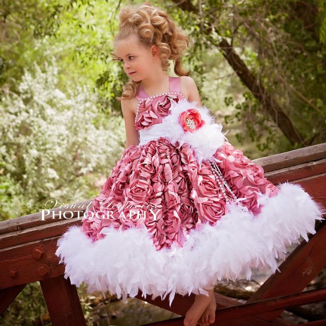 ダスティモーブピンクのロゼットフェザードレス「Dusty Mauve Pink Rosette Feather Dress」1歳から6歳