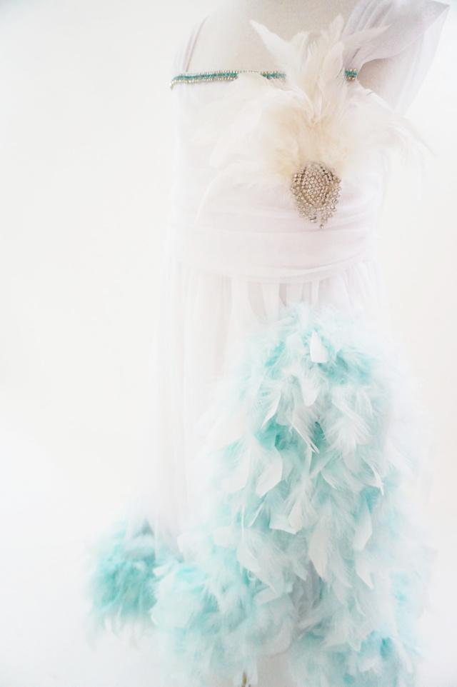 ブルーフェザー付♪美しいホワイトドレス【ema bonne】