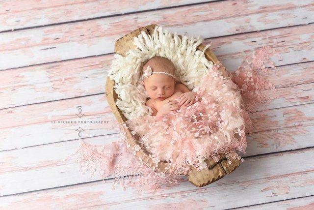 ピンクのお花柄シルクレース ニューボーンフォトにかわいいファンタジーな色合いのレース