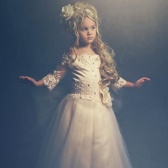 フルレングスの優雅なクリスタルレースドレス「Full Length Exquisite Crystal Lace Dress」2歳から8歳