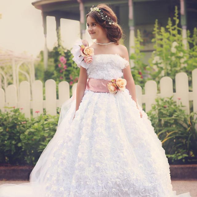 優雅なロングトレイルの花びらロゼットドレス「Exquisite Petal Rosette Flower Girl Outfit with a Long Trail」3歳から12歳