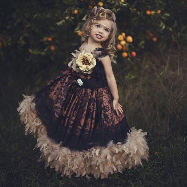 ヴィンテージのフェザードレス「Vintage Flower Girls Feather Dress」1歳から6歳