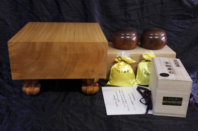 日向産本榧5.8寸柾盤+日向産蛤碁石+本桑碁器のセット (SET-19001)