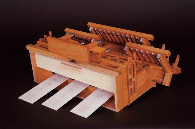 新けやき三社 小:神棚の底からお神札をお供えします