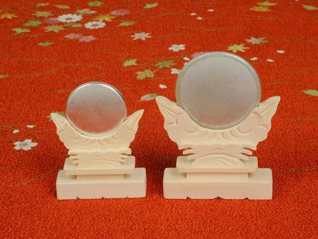 天照大御神の魂を表し神棚の中央に飾る「神鏡」