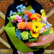 ピンク・オレンジ・イエローの春色ミックスの花束