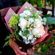 ホワイトグラデーションのやさしい雰囲気の花束