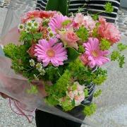 キュートなピンク系ふんわり花束