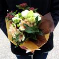 ホワイト・ベージュ・グリーンをあわせたアンティークカラーの花束