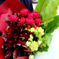 レッドとグリーンをあわせたアンティークカラーの花束