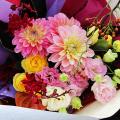 切枝をあしらった華やかな花束