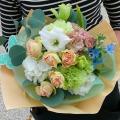 淡いカラーと濃いグリーンを合わせたナチュラルな花束