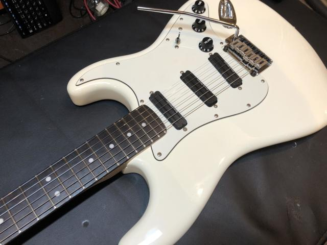 Squier by Fender Deluxe Hot Rails Strat