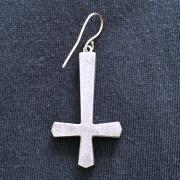 玉鋼製片ピアス 謙虚の象徴「聖ペテロ十字」