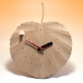 八ヶ岳倶楽部のカツラの木の葉がモチーフの壁掛け時計 【イモムシ・カツラ木の葉 時計】