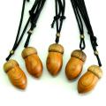 岡下さんの木彫りのネックレス どんぐり