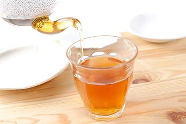コップに入ったゴールド黒豆茶