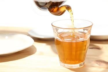 コップに入ったほうじ茶入り黒豆茶