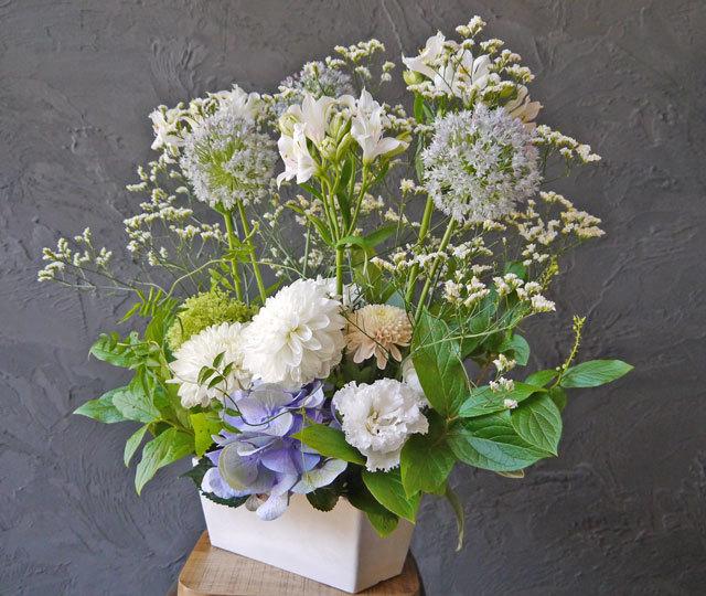 【お花おまかせ】御供えワイド&トールアレンジメント《ホワイト》