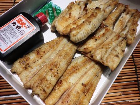 お店で活魚を捌き炭火で丁寧に焼き上げています!1尾を食べやすいように3等分にカット【国産うなぎの白焼き(タレ,山椒付属)】