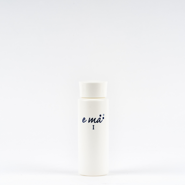 【しみ・そばかす】紫外線を浴びた肌に。トラネキサム酸とグリチルリチン酸ジカリウムによるダブルで効く 薬用美白化粧水ema(エマ)1