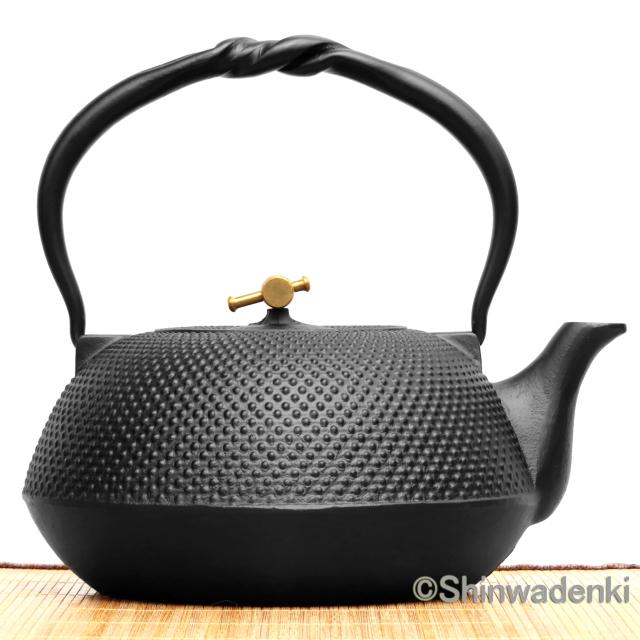 南部鉄器/南部鉄瓶 平形アラレ宝小槌摘み(黒)