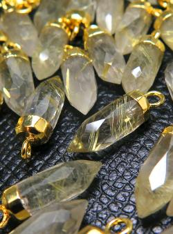 ゴールデンルチルクオーツ ポイント ドロップ 天然石 チャーム・ペンダントトップ 16mm×5mm 18金ゴールドプレーテッド  (4個)