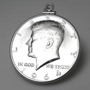 コインペンダント・ケネディ 1964 UNC 銀品位:900/1000 /ハーフダラー(50セント)バチカン付「SV925」(1個)