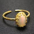 エチオピアンオパール<10月誕生石>天然石・指輪ハンマードリング(カボションオーバル・8×6mm)(真鍮ブラス・ゴールドカラー)(1個)
