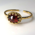 天然石指輪  ガーネット(モザンビーク産)<1月誕生石>ローズカット ハンマードリング(カボションオーバル横8×6mm)(真鍮ブラス・ゴールドカラー)(1個)