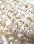 ケシ(花びら)パール真珠 淡水 ビーズ(ホワイト系)(正面穴)チップ 4-6mm(1連)